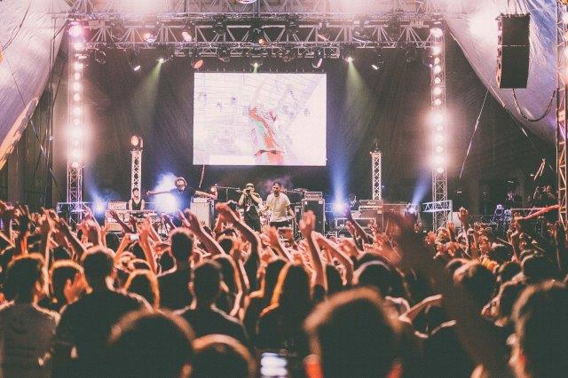 a photo of a concert that was promoted using mobile marketing